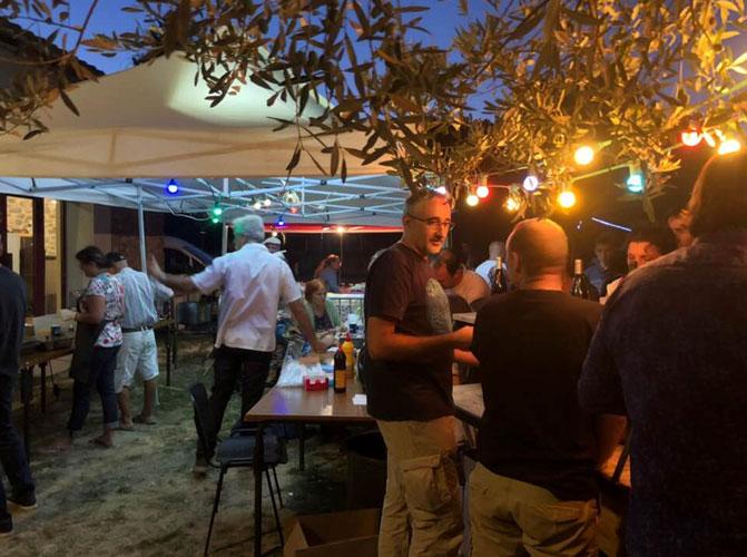 Scène de l'ambiance festive au festival de musique et vins du Festapic à Fontanès dans l'hérault (34)