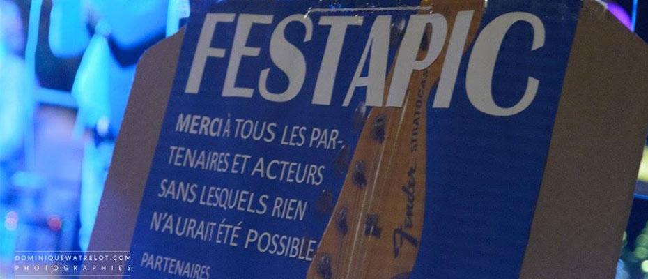 Une pancarte avec les remerciements pour les bénévoles au festival de musique et vins du Festapic en 2016