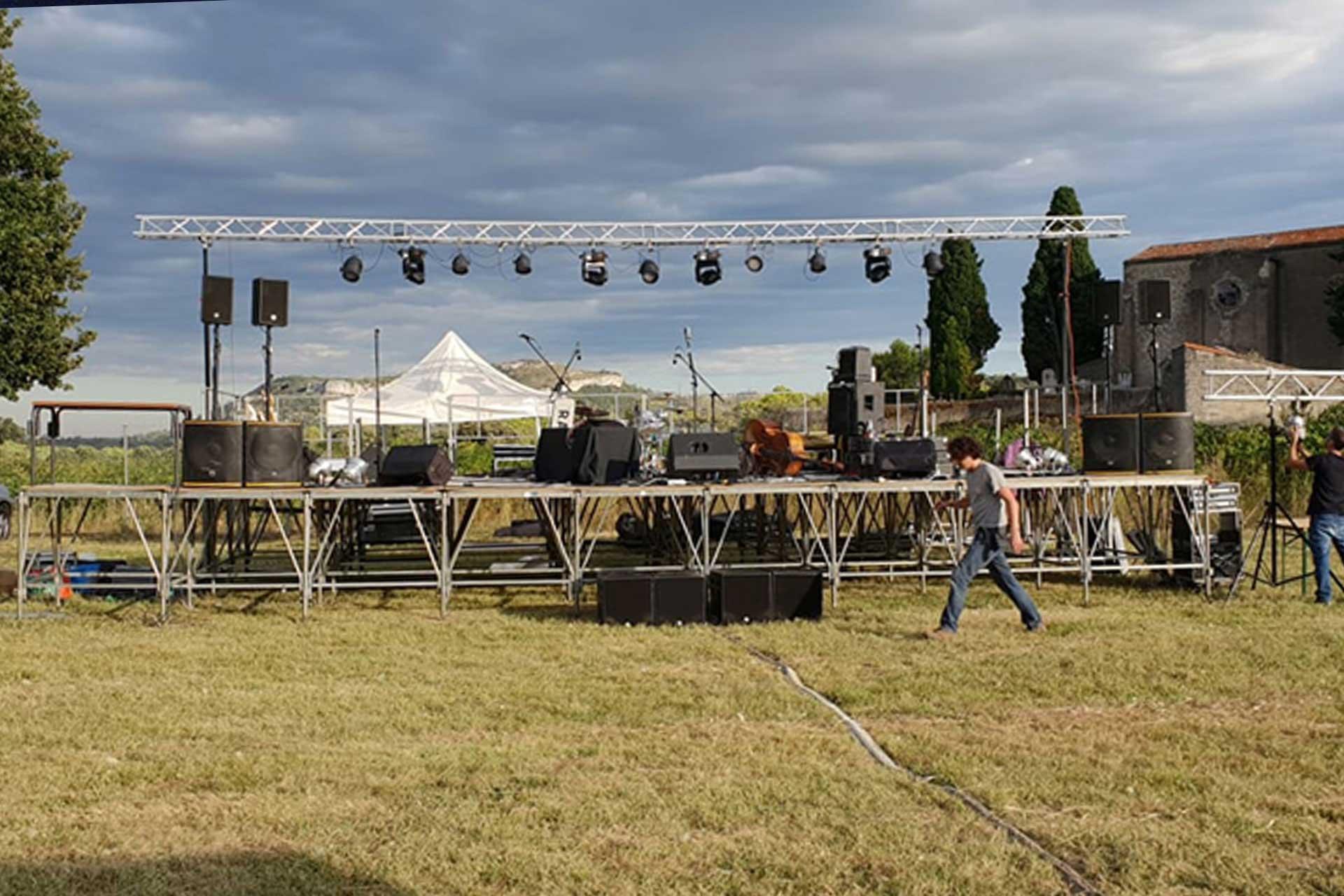Préparation de la scène du festival Festapic 2019 à Fontanès, dans l'Hérault (34)